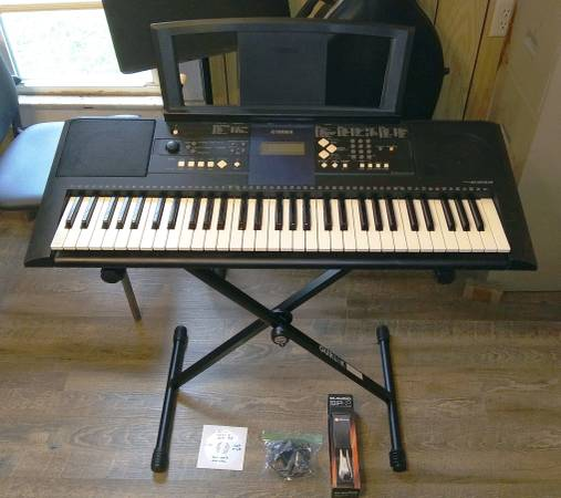 Photo Nice YAMAHA PSR E333 Electronic Keyboard w. NEW stand, pedal, and adp. - $95 (Herrin)