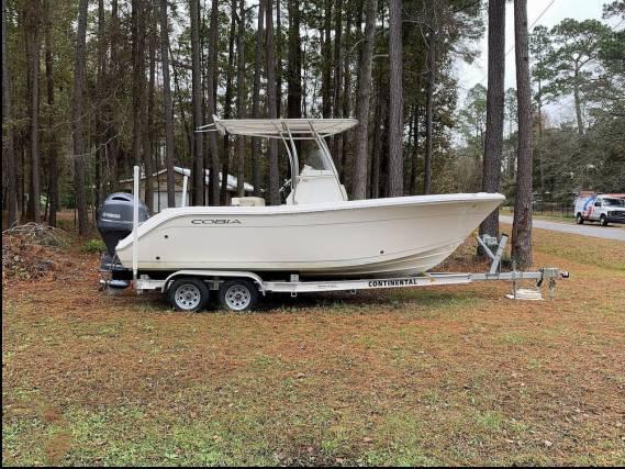 Photo 2017 22ft Cobia 220CC Center Console Boat - $29,900