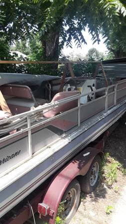 Photo Hurricane tri-hull deck boat - $1,500 (Bowling Green)