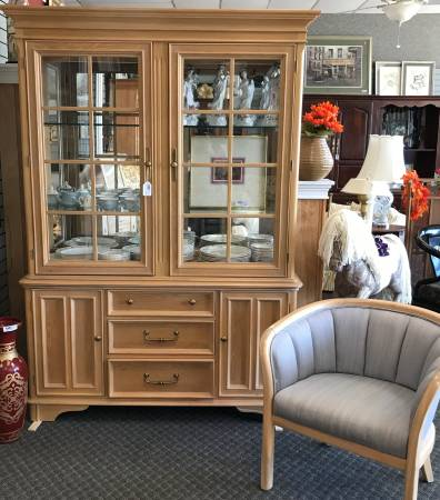 Photo Table And Chairs China Cabinets Buffet Sold Separate - $900 (Jackson,MI)