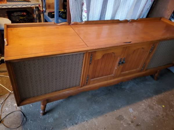 Photo Vintage RCA Victor Solid State 800 console Phonograph Radio - $75 (Jackson)