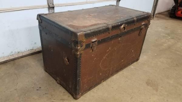 Photo Brown Vintage Antique Flat Top Steamer Trunk - $75 (Mattawan, MI)