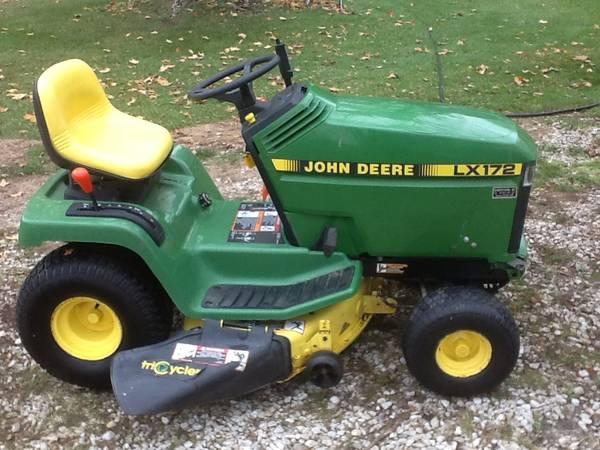Photo John Deere LX172 lawn tractor mower some trades ok - $500 (Bellevue)