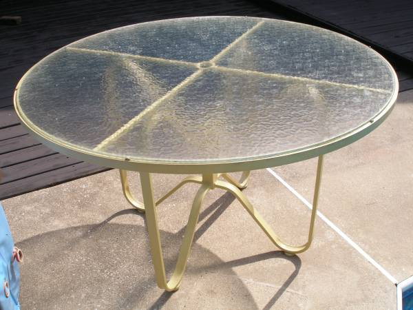 Photo Patio Deck Metal Table with Removable Tempered Glass Top - $100 (oshtemo)