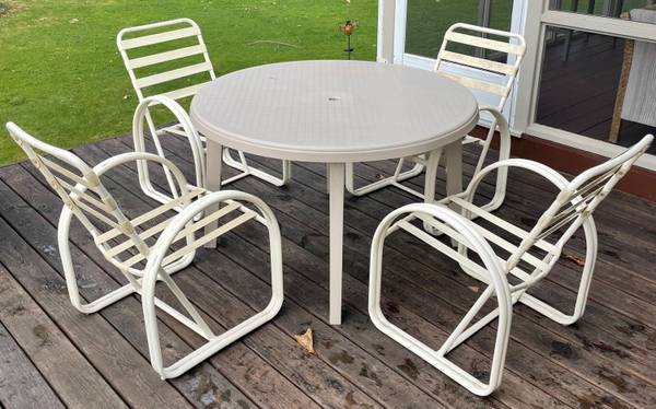 Photo Patio table with (4) chairs - $40 (Richland)