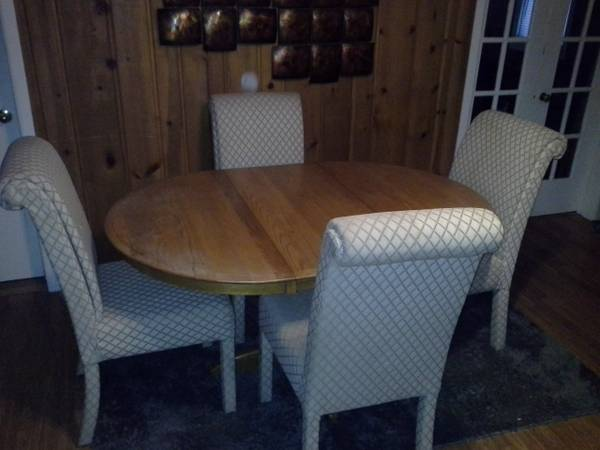 Photo Quality Solid Oak Dining Table With Padded Swivel  Rolling Chairs - $475 (kalamazoo)