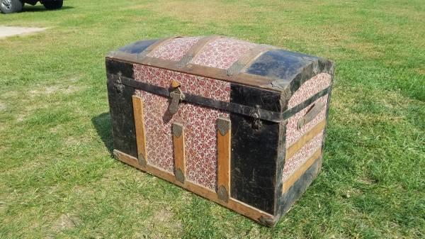 Photo Vintage Antique Round Top Steamer Trunk - $100 (Mattawan)