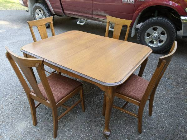 Photo ANTIQUE QUARTER SAWN OAK DINING TABLE AND FOUR CHAIRS - $449 (WHITEFISH)