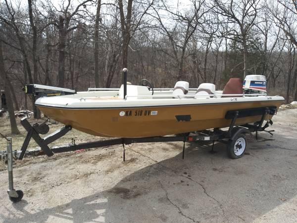 Photo 1639 VIP fiberglass tri hull Bass Boat - $2,500 (Shawnee)