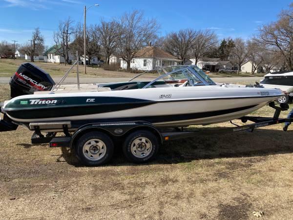 Photo 1999 2139 Triton SF 21 Fish  Ski Bass Boat - $8695 (Cottonwood falls Ks)