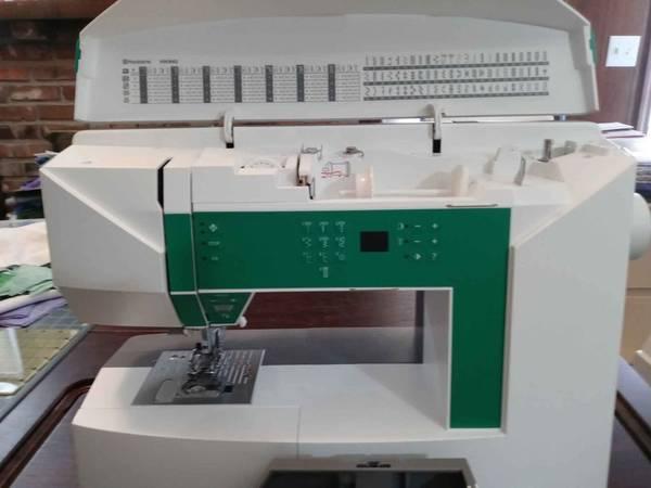 Photo Husqvarna Viking Jade 20 Sewing Machine - $350 (Gladstone, MO)