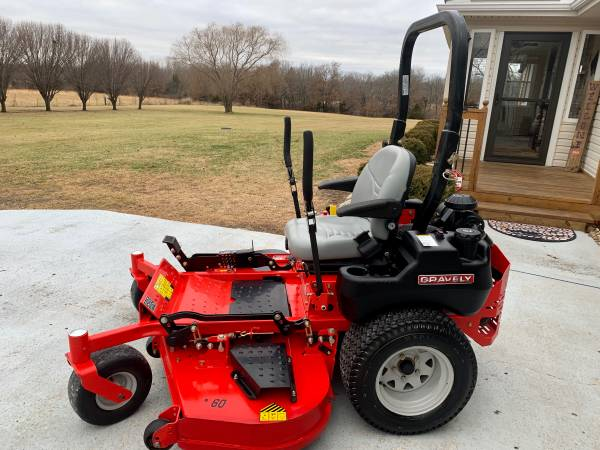 Photo Like-New Gravely Pro-Turn 160 Commercial 60 Zero Turn Mower Kawasaki - $6500 (Oak Grove Missouri)
