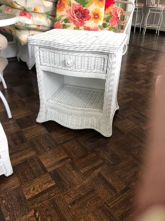 Photo White Wicker End Table or Night Stand - $20 (Blue Springs)