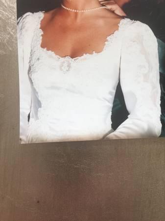 Photo Stunning Wedding Dress by Jessica McClintock - $250 (Southport)