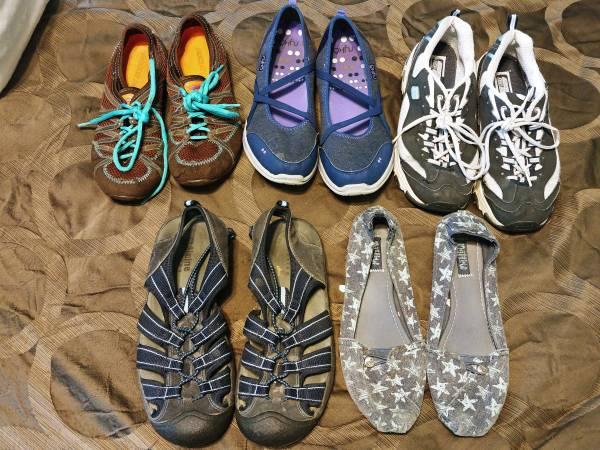 Photo Womens size 10 shoes - $5 (Johnston)