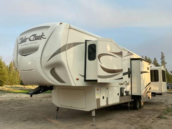 Photo 2017 Cedar Creek Silverback 4239 Rear Living Room 5th Wheel - 5 Slides - $45,000 (La Pine Oregon --- FREE DELIVERY ---)