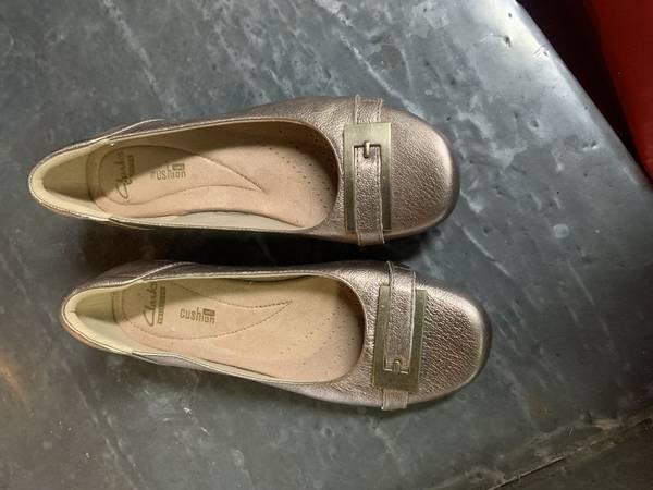 Photo Clarks Womens Slipper Slip On Gold Shoes Size 6 - $20 (SW Redmond)