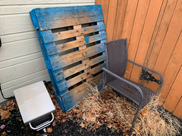 Photo Outdoor chair, Wood Pallet, Propane Grill (KLAMATH FALLS)