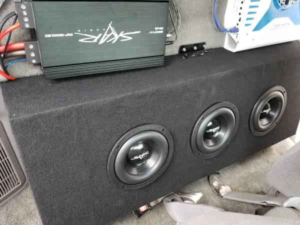 Photo Car audio 3 skar 6.5 in a box with  - $350 (New market)
