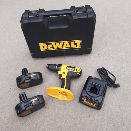 Photo DEWALT 18v  14v Drills w 2 batteries (Like New) - $75 (Maryville)