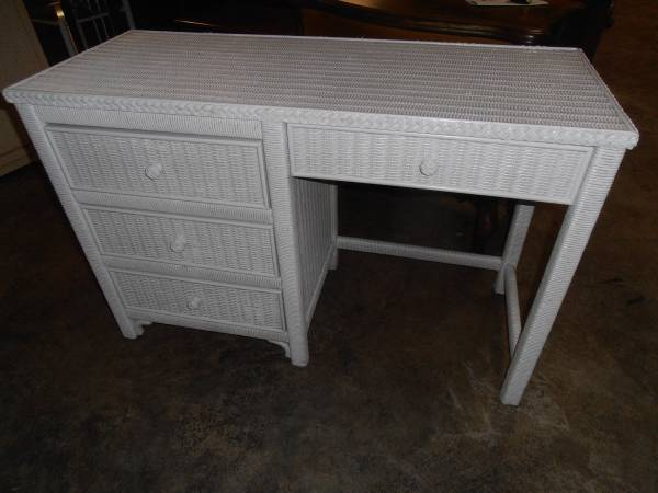 Photo REDUCED Nice Henry Link White Wicker DeskVanity - $125 (kingston)