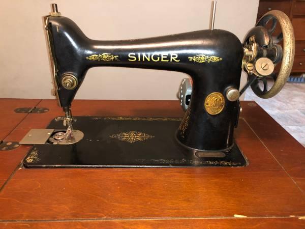Photo Singer sewing machine - $145 (Maryville)