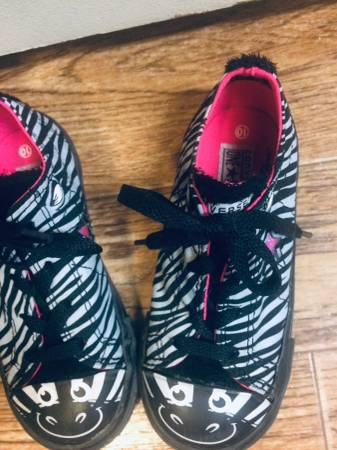 Photo Converse toddler Girls Shoes size 10 - $10 (kennewick)