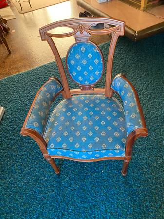 Photo Victorian style arm chair - $80 (Grandview)