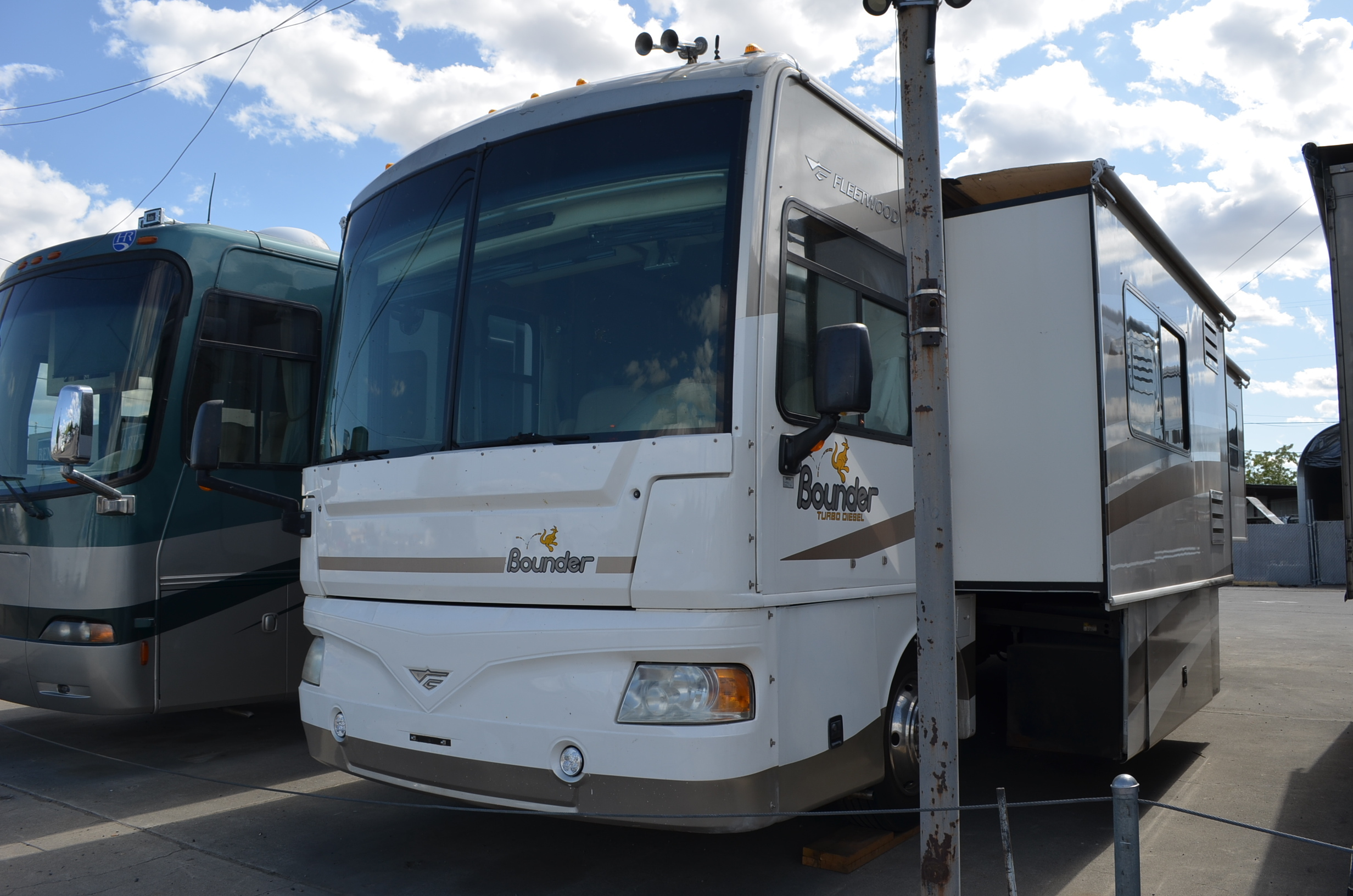 Photo Used 2006 Fleetwood Class A RV  $69800