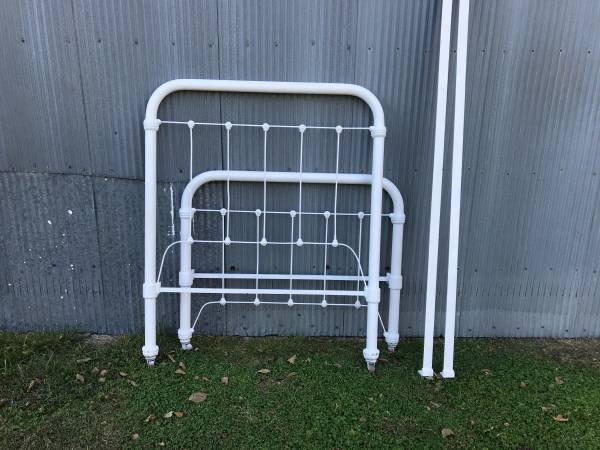 Photo Antique Iron bed - $95 (Wakefield)