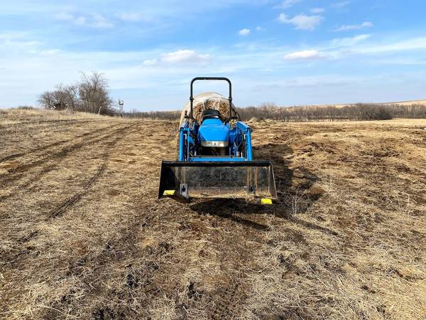 Photo New Holland 33 HP FWD Tractor - $11500 (Wamego, ks)