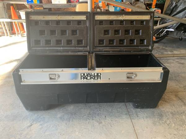 Photo TRUCK TOOL BOX , POLY TYPE - $225 (KC METRO by SPEEDWAY)