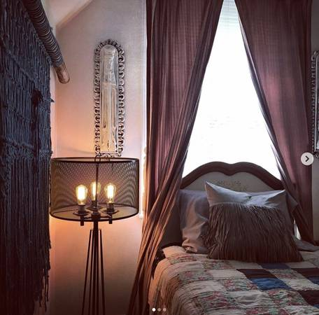 Photo Furnished Large Roomfemale only (Garden District (downtown))