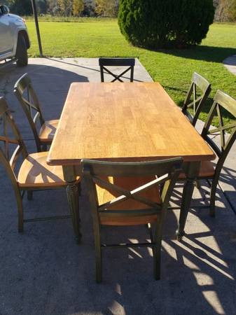 Photo Pier 1 Imports designer, beautiful solid wood butcher block dining room set of 6 - $349 (Lake City)