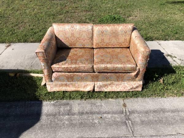 Photo Curb alert free Antique upholstered loveseat (Lakeland, Florida)