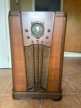 Photo Vintage silvertone 1965 wooden console floor tube radio - $800 (Lakeland)