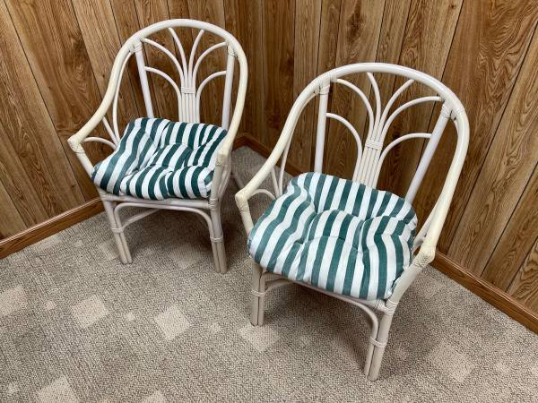 Photo (2) chairs and a table with glass top patio set - $195 (Lancaster)