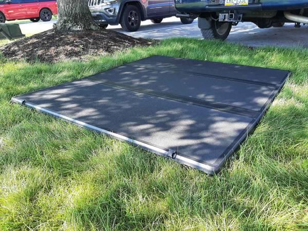 Photo Solid hard tri-fold Tonneau truck bed cover 6.5 , Ford F-150, soild tri-fold - $175 (Morgantown, New Holland pa)