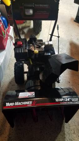 Photo SNOW BLOWER YARD MACHINES 10 hp 24 inch with ELECTRIC START - $300 (Laingsburg)
