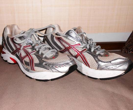 Photo WOMEN39S SIZE quot8quot RUNNING SHOES, NECKLACE  AWARD MEDALS DISPLAY BOARD (Haslett)