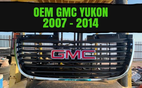 Photo 2007-2014 GMC YUKON GRILLE WEMBLEM OEM NEW - $130 (laredo)