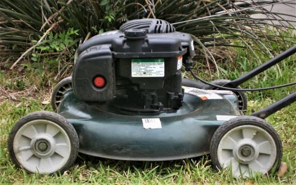 Photo $75 Bolens-Briggs Stratton Push Lawn Mower Lawnmower - $75 (NC SA near 1604N and Bulverde Rd)