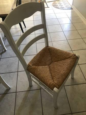 Photo White wicker dining chairs - $40 (Laredo)