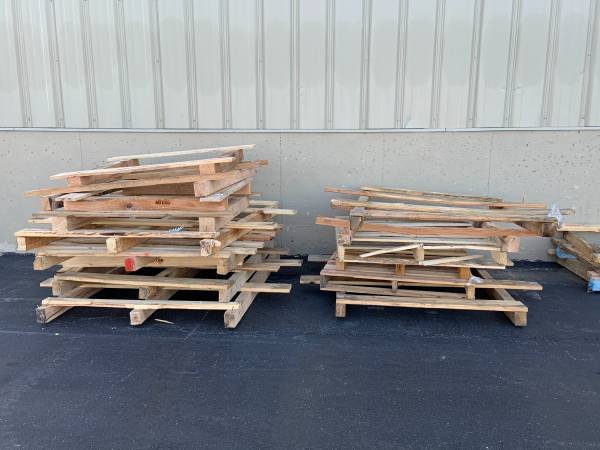 Photo free free free WOOD PALLETS (WOODSTOCK IL)