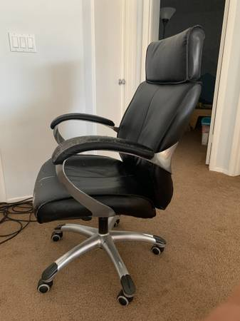 Photo FREE Adjustable black leather office chair (Las Vegas - The Lakes)