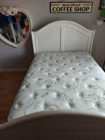 Photo Like New Bed Sleigh White w Mirror, Box Spring, Mattress - $350 (Summerlin North)