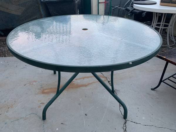 Photo Round Green Metal Patio Table w Glass Top - $45 (Sahara  Eastern)