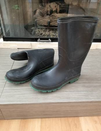 Photo mud boots size 9 - made in canada - barely used - waterproof weather - $20 (green valley)