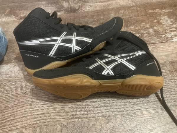 Photo Wrestling shoes - $15