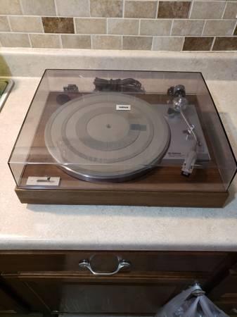 Photo Yamaha YP-211 Turntable - Really Nice - $300 (Lawrence)